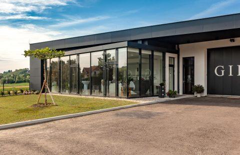 Die Front des neuen Weinkellers und Shop der Familie Gilg in Hagenbrunn