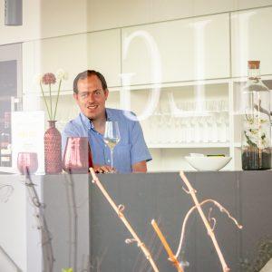 Stefan Gilg hinter dem Tresen im Weinshop