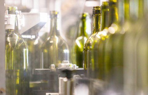 Flaschenfüllen_Weingut-Gilg_Hagenbrunn_Weinviertel_CR_GILG_2018_2933